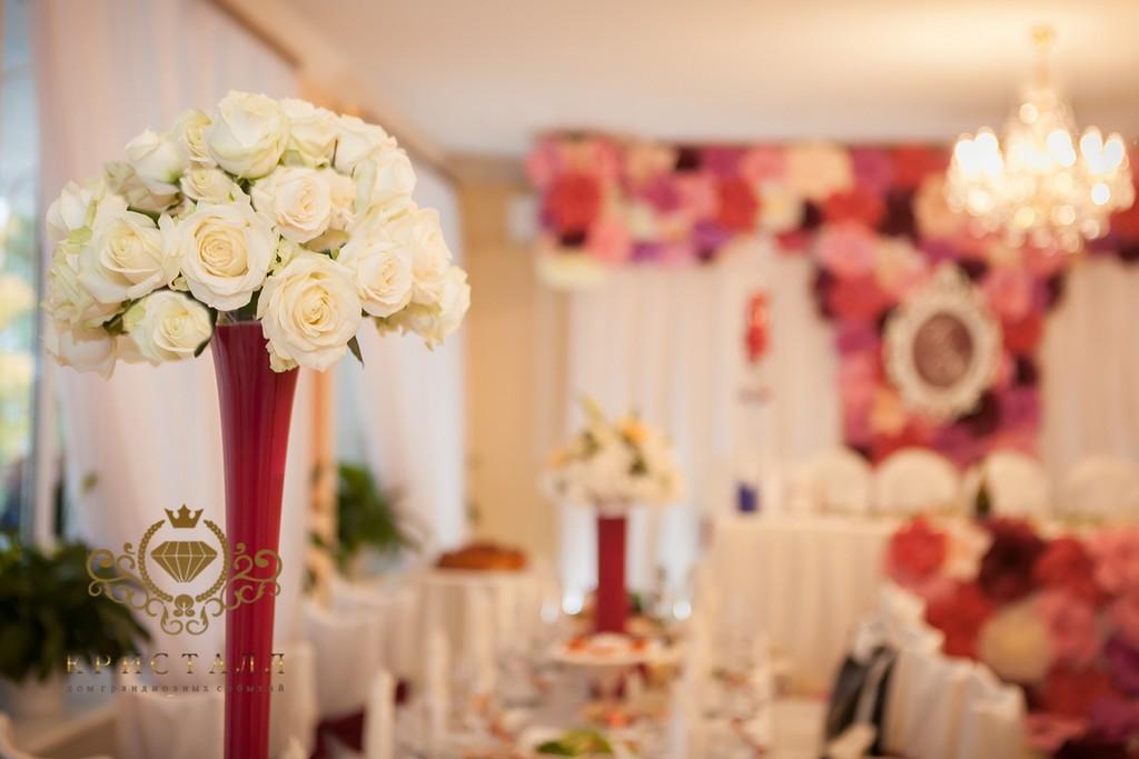 dekor-na-svadbu-rozu-belokrasnue