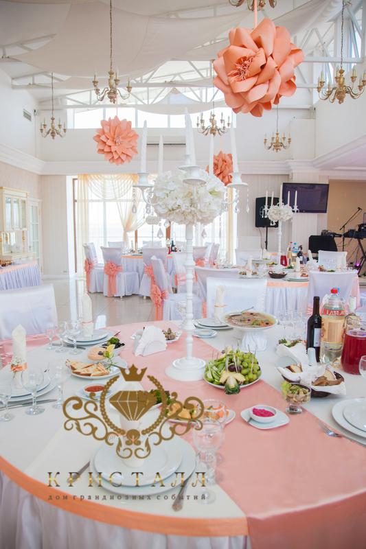 svadba-stol-persikovuy-cvet